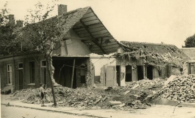 200463 - WOII; WO2; Tweede Wereldoorlog. Een zwaar beschadigd pand aan de St. Josephstraat (nu Prinsenhoeven) door het bombardement in de nacht van 30 op 31 juli 1942.