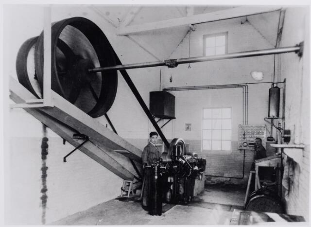 045856 - Machinekamer van juteweverij en zakkenfabriek A. de Vries aan de Tilburgseweg. Rechts fabrikant Cornelis Adrianus (Janus) de Vries. Links zijn zoon Gust (1916-1993)