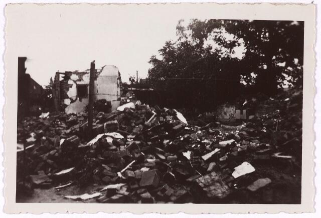 013458 - WOII; WO2; Tweede Wereldoorlog. Oorlogsschade. Vernielingen. Duitse bombardementen op 10 en 11 mei 1940 richtten veel schade aan aan huizen aan de Bredaseweg