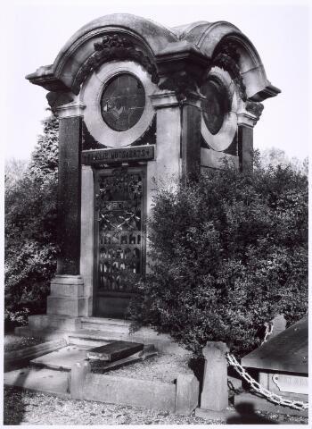 016017 - Graf van de fabrikantenfamilie Mutsaerts op het kerkhof aan de Bredaseweg