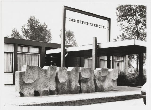 """067669 - Reliëfmuur van beton door de Tilburgse kunstenaar Hans CLAESEN (1925-1995). Locatie: voormalige R.K. Basisschool """"Montfort"""", Scarlattistraat 231, naast de Montfortkerk. Realisatie: 1967. Dit beeld maakte onderdeel uit van een serie van vier identieke opdrachten, elk bestaande uit de omzetting van een muurtje, gesitueerd bij de ingang van een school, in een op zichzelf staand kunstwerk. Bij de afbraak van de Montfortschool is het kunstwerk gespaard gebleven, zodat de opdrachtenreeks nog in zijn geheel te bekijken is. In verband met woningbouw is het object eind 1992 verplaatst naar het speelpleintje nabij de Montfort kerk. Foto uit 1985.   Trefwoorden: Kunst in de openbare ruimte.Onderwijs."""