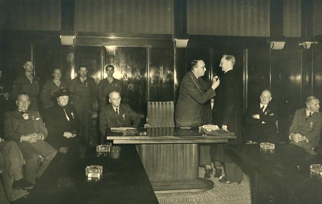 1696085 - Het Nederlandse Rode Kruis afdeling Tilburg. Een feestvergadering in het Paleis-Raadhuis met uitreikingen van het herinneringskruis 1940-1945 op 9 mei 1950.