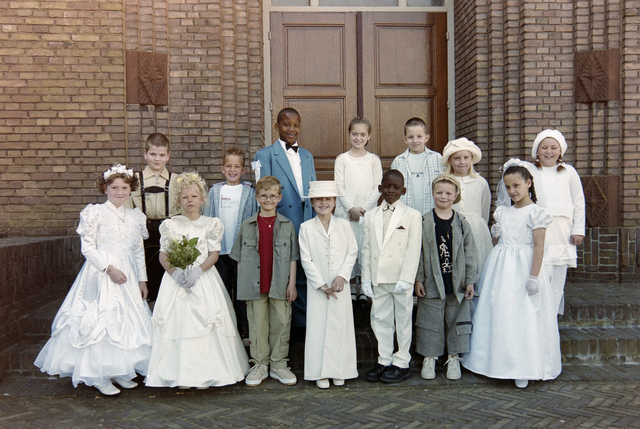 1237_002_262-1_001 - Religie. Rooms Katholieke Kerk. Communicanten in de Korvelsekerk 2001. Groepsfoto.