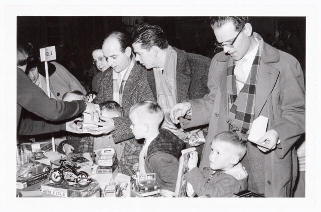 038860 - Volt. Zuid. Sport en ontspanning. Viering Sint Nicolaas voor de kinderen van het personeel in 1960. De heer 2e van rechts is Jan de Kok. Wie kiest er nu? De ouders of de kinderen? Sinterklaas. St. Nicolaas