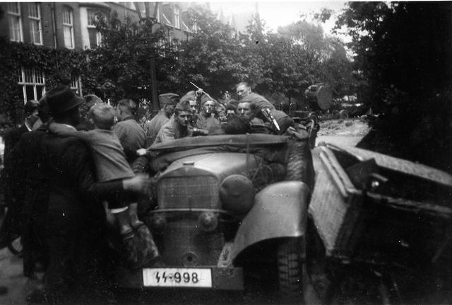 830005 - WO2: WOII; Tweede Wereldoorlog. Oorlogsjaren. SS-ers in wagen