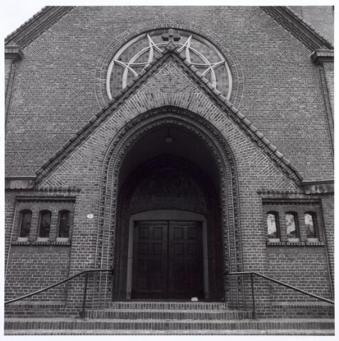 016626 - Hoofdingang van de kerk Onze Lieve Vrouw van Goede Raad, behorende tot de parochie Broekhoven I