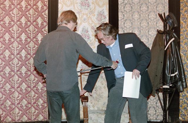 1237_001_024_019 - Cultuur. Een presentatie in de Tilburgse Revue op 15 september 2004. Schrijver Ed Schilders, geboren in Berkel-Enschot, maakt zich klaar voor zijn lezing.