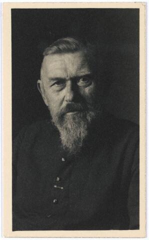 006926 - Pater Henri Geurtjens (1875-1957) missionaris van het H. Hart. Pater Geurtjens genoot grote bekendheid als schrijver van de boeken, Onder de Kaja-Kaja´s; Op zoek naar oermenschen en Zijn plaats onder zon, beter bekend onder titel Oost is Oost en West is West.