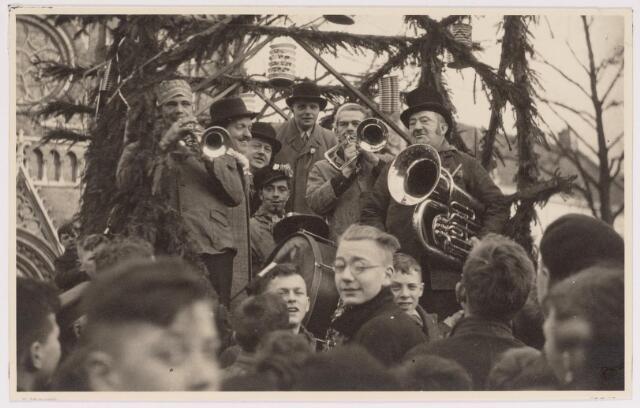 042692 - Wijkvereniging Heuvel doet op 1 februari 1938 ´den volke kond´ van de geboorte van prinses Beatrix. Deze foto werd gemaakt omstreeks één uur ´s middags