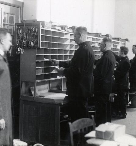 603434 - Postkamer, post sorteren, postbode. Rond 1936.
