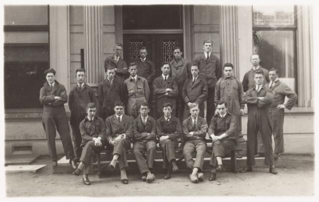 052178 - Onderwijs. Textielschool. Dagcursus 1927/1928. Dagcursus spinnen en weven. Eerste rij v.l.n.r: P. te Riele, G. Bervoets, M. Janson, L. Swagemakers. Tweede rij: J. Laurey, L. Schenkels, H. Beerens, E. Svendsen, G. Diepen, A. Hoosemans, W, Clous en drie werkmeesters. Zittend: H. Rutgers, J, Eras, Krenger, J. Donders, A. Smarius, H. Smulders en M. Verzijl.