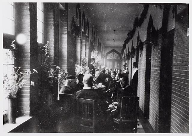012856 - WOII; WO2; Tweede Wereldoorlog. Inkwartiering. Ingekwartierde Britse militairen vieren samen met de fraters een feestje in de gangen van het fraterhuis aan het Kardinaal de Jongplein