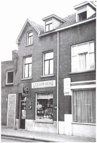 014972 - Winkel in rookartikelen in de Lange Nieuwstraat anno 1959. Begin jaren ´60 werd het pand gesloopt voor de aanleg van een city-ring rond de binnenstad.