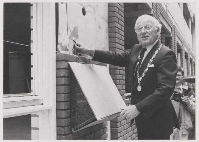 077958 - De eerste steen van dit gemeentekantoor is gelegd op 19 mei 1988 door het gemeentebestuur van Oisterwijk. H.W.G. Opheij          Burgemeester J.C. Verhoeven        Wethouder M.J.C.A. Ermen       Wethouder Th. P. L. van Rooij    Wethouder P. W. G. Houx          Secretaris Architect: M. J. Becka Bureau Becka Wilmmink, Den Haag Aannemer: Bouwmaatschappij Betonwerken B.V. Eindhoven De burgemeester verricht de officiële handeling.