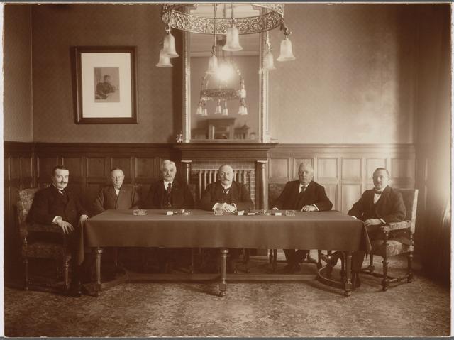 103369 - Foto aangeboden bij het afscheid van wethouder Eugéne van Roessel (hij woonde in de Fraterstraat)  b.g.v. zijn afscheid. vlnr: mr. vd Mortel, Ant. Rijen wethouder, Eugéne van Roessel, burgemeester Vonk de Both, wethouderJ.C. Ackermans, J.J.J. van Oudenhoven wethouder m.i.v. 4 september 1923
