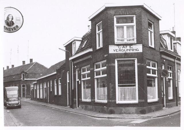 017144 - Café op de hoek Paterstraat (links) - Capucijnenstraat anno 1971