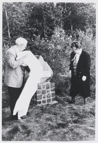 055137 - Tweede Wereldoorlog, Monumenten. Onthulling van het monument op de plaats van de fusillade te Alphen door een zoon van Antoon Oomen en een schoonzus van Willie van de Corput op 4 mei 1992