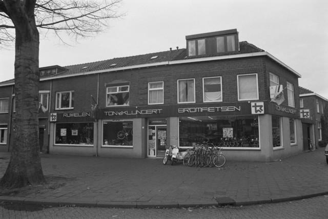 TLB023002716_003 - Winkel. De rijwielen en bromfietsen zaak van Ton van de Klundert aan de Watertorenplein 4 in Tilburg.