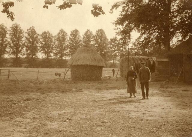 600842 - Cornelis van Wouterina van Loon met een vim (ronde graanschelf) haver op de achtergrond. . Kasteel Loon op Zand. Families Verheyen, Kolfschoten en Van Stratum