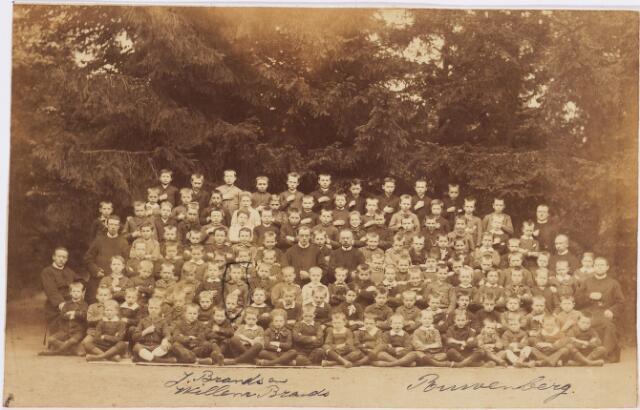 """006624 - Schoolfoto. groepsfoto leerlingen en fraters van  Jongensinternaat """"Huize Ruwenberg"""". J. Brands en Willem Brands omcirkeld (Familie Brands-van Vlijmen)"""