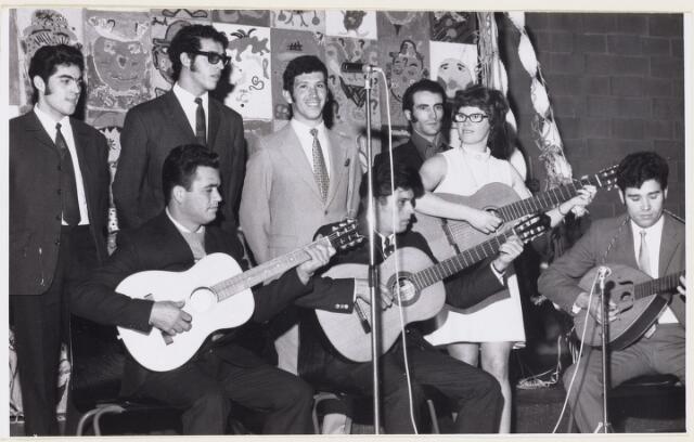 101163 - Migranten. Spaanse gastarbeiders spelen gitaar.