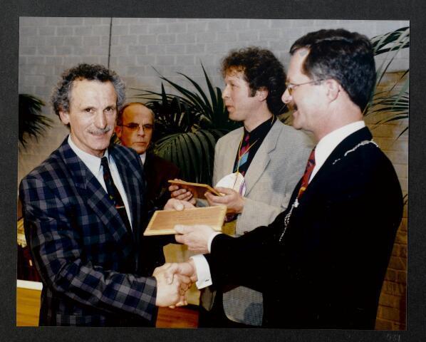 """91298 - Made en Drimmelen. De burgemeester van Made de heer J. Elzinga (1990-1997) (rechts) krijgt een cadeau uitgereikt  tijdens de opening van het Sociaal Cultureel Centrum """"De Mayboom"""" in Made."""