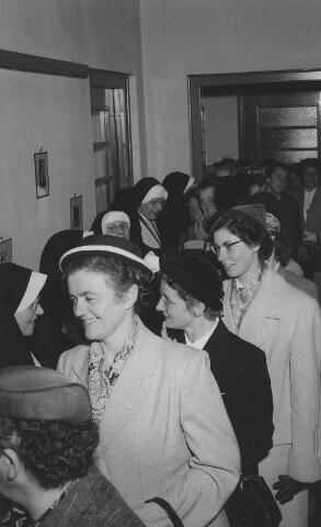 063783 - Het onderwijzend personeel van de meisjes- en kleuterscholen in Goirle op de receptie van de zusters van het Kostbaar Bloed. Op de voorgrond To van Zantvoort.