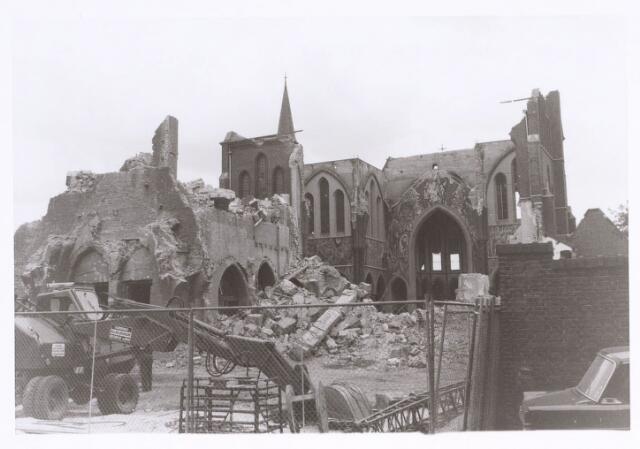 020124 - Sloop van de kerk van het Heilig Hart, parochie Noordhoek, in 1975. De kerk werd gebouwd in 1897/1898 naar een ontwerp van dr. P.J.H. Cuypers