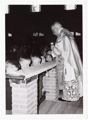 009742 - Eerste H. Communie in de nieuwe kerk van de parochie Gasthuisstraat. Pastoor is Karel Janssens.
