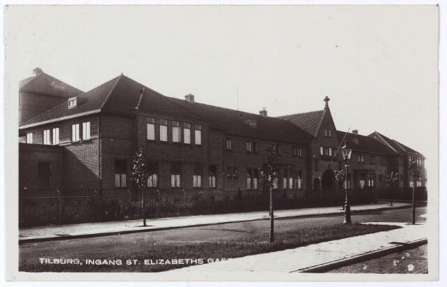 001287 - Elisabethziekenhuis. Gezondheidszorg. Ziekenhuizen. St. Elisabethziekenhuis, hoofdgebouw aan de Jan van Beverwijckstraat. De naam St. Elisabeths Gasthuis is niet juist, dit was de benaming voor het oude gasthuis aan de Gasthuisstraat. Dit werd in 1966 gesloopt. Het ziekenhuis werd in 1929 gebouwd door Eduard Cuypers. Na de ingebruikname van het nieuwe St. Elisabethziekenhuis aan de Hilvarenbeekseweg in 1982, bleef alleen de hoofdingang met de gebouwen daaromheen, bekend als 'de Carré' in stand. De rest van het ziekenhuis werd gesloopt ten behoeve van de nieuwbouw van het Psychiatrisch Centrum Jan Wier.