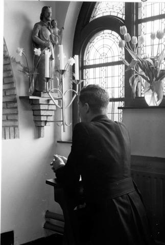 055006 - Biddende frater bij het St. Jozefbeeld in het klooster van de fraters aan de Kruisvaardersstraat.