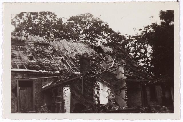 013449 - Tweede Wereldoorlog.  Oorlogsschade. Vernielingen. Beschadigd huis aan de Bosscheweg tegenover houthandel Key. De schade werd veroorzaakt door het opblazen  van de nabijgelegen spoorbrug over het Wilhelminakanaal halverwege mei 1940