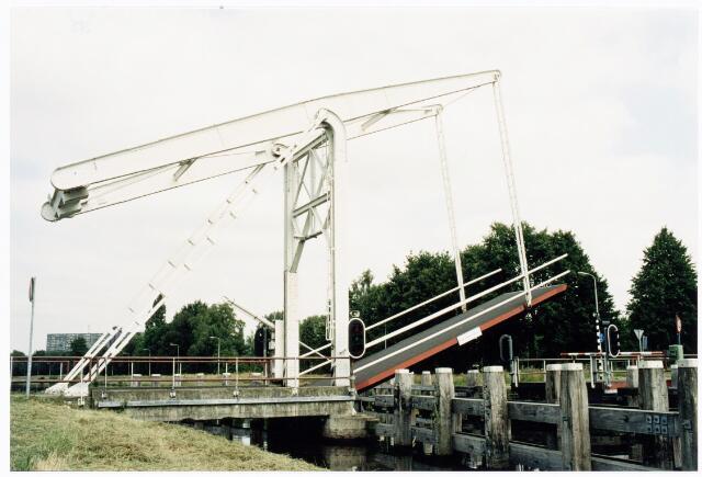 039875 - Ophaalbrug over het Wilhelminakanaal.