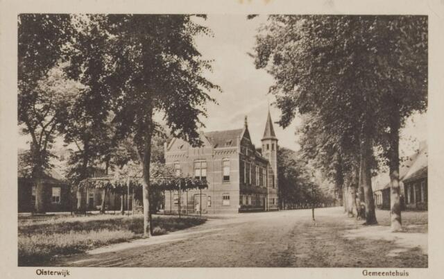 074338 - Het gemeentehuis en de oude linde aan de Lind te Oisterwijk.