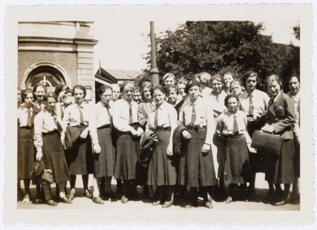 051638 - Middelbaar onderwijs. Klassenfoto. Leraren en leerlingen van het R.K. Theresialyceum voor het station van Tilburg.