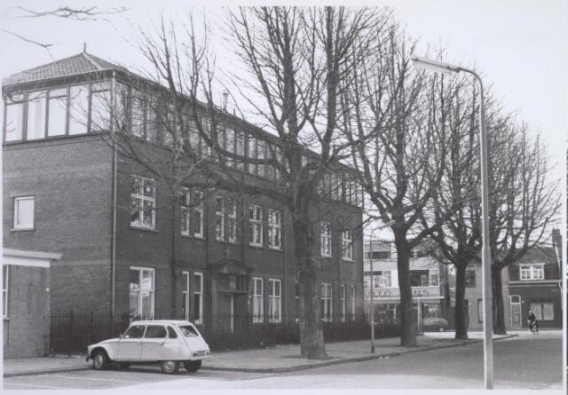 025806 - Voormalig schoolgebouw aan de Leonard van Vechelstraat. Op de achtergrond de Besterdring, met links fotograaf Jans