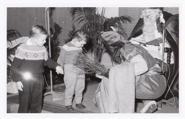038760 - Volt Oosterhout. Viering van het Sint Nicolaasfeest voor de kinderen van het personeel in 1959. Zwarte Piet had een flinke roe in zijn hand.Fabricage- of productie vond in Oosterhout plaats van april 1951 t/m 1967. Sinterklaas. St. Nicolaas