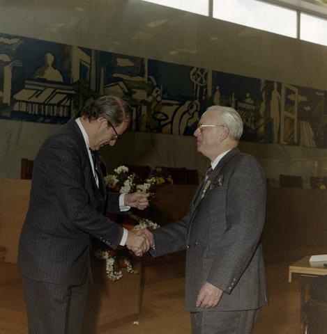 1237_012_970-1_008 - Koninklijke onderscheiding. Lintje. Lintjesregen bij de Gemeente Tilburg in april 1992. Felicitaties van Burgemeester Gerrit Brokx in de vergaderzaal van Gemeente Tilburg.