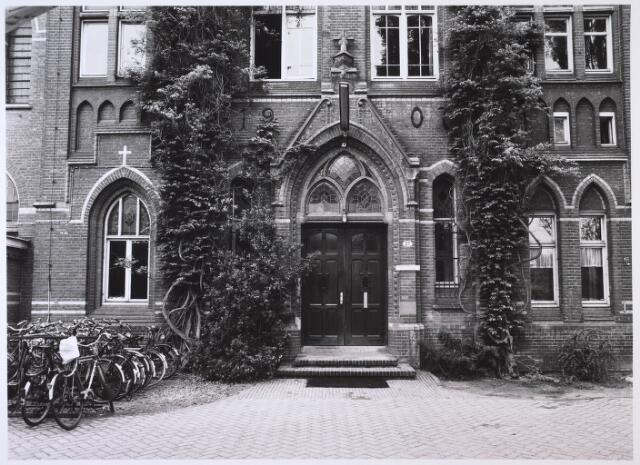 023702 - Hoofdingang van het Brabants Conservatorium aan de Kempenbaan, gevestigd in het voormalig cenakel