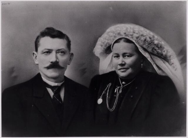 084347 - Het echtpaar Adriaan Smolders (1866-1918) en Adriana van Wijk (1867-1941). Zij draagt een fraaie Brabantse poffer.