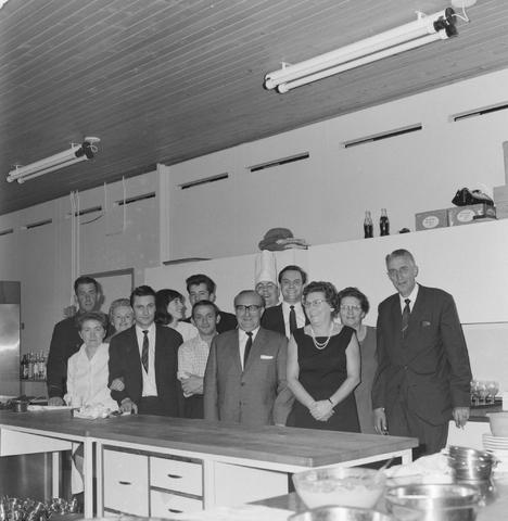 1237_004_096-2_005 - Textielindustrie. Ondernemers. Feest. Groepsfoto in de keuken tijdens een jubileumviering van breiwolfabriek 3 Suisses.