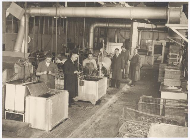 038944 - Volt. Zuid. Chemische afdeling. De galvanische productie of fabricage afdeling in 1949. Deze was gesitueerd in gebouw M aan de zuidzijde of Groenstraatzijde.Tussen gloeilamp en hoogspanningstrafo bldz.40)  Uiterst rechts Dhr. van Otterloo, 3e van rechts Dhr. C. Jansen. In 1949 werd nieuwe Goirleseweg Voltstraat.