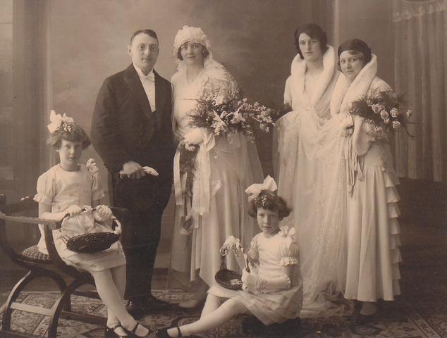 652690 - Mommers, Tilburg. (Henricus Joannes Desiderius) Henri Mommers werd geboren in Tilburg op 5 juni 1900 en overleed in Tilburg op 7 november 1963. Hij trouwde in Twello (Gelderland) op 13 januari 1931 met Francisca Hermanna Gerharda Maria Pauline Linthorst, Cis, die geboren werd in Wilp (Gelderland) op 16 januari 1907 en overleed in Tilburg op 13 januari 2000. Henri Mommers was medevennoot van de Wollenstoffenfabriek H. Mommers en Zonen en daarna directeur van de Wollenstoffenfabriek Mommers Hunfeld tot 1939.