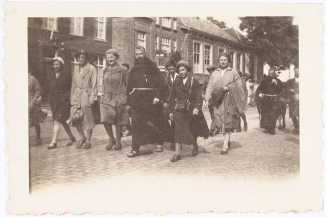 008855 - Op weg naar Kevelaer 1931. vlnr: W. van Hest *1911, N.W.F. Vos *1914, M. Denissen *1916, Pater Gerlachus, J. Kerssemakers, nn.