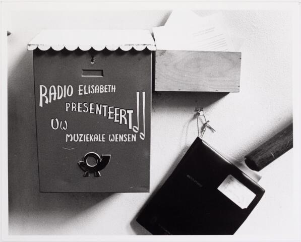 041885 - Elisabethziekenhuis. Gezondheidszorg. Ziekenhuizen. Brievenbus voor 'Radio Elisabeth presenteert uw muzikale wensen' van van het St. Elisabethziekenhuis