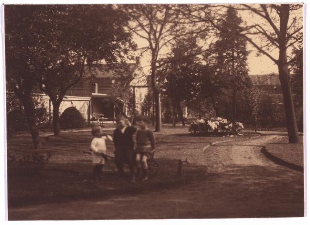 003767 - Tuin van de familie Brands-Van Vlijmen in de St. Josephstraat 106.