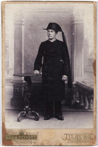 006362 - Volksfiguren: Koos van der Bilse van beroep doodsbidder / begrafenisondernemer. overleden tussen 1905 en 1910. Bijgenaamd Koos v.d. Wee.  Hij woonde aan het Piusplein.