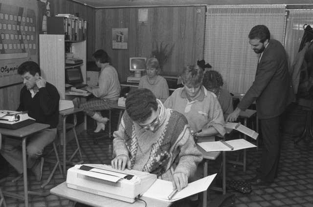 TLB023002474_005 - Docent Konings aan het werk in zijn cursusruimte van Stetycor (STEno, TYpen en CORrespondentie)