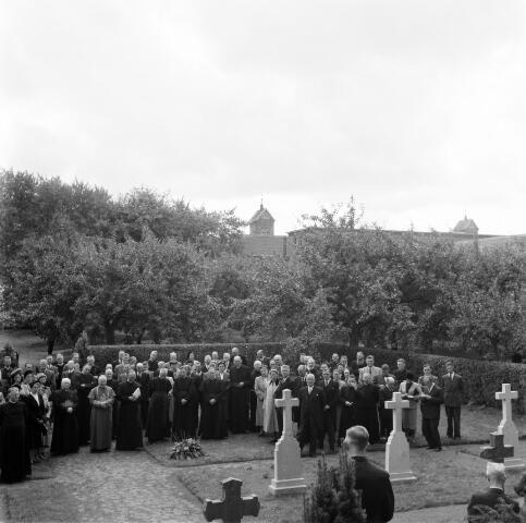 050387 - 4o-jarig bestaan van St. Josephstudiehuis van de St. Josephcongregatie van Mill Hill, gesticht door dr. Ahaus en gebouwd in de jaren 1914/1915 onder architectuur van Jan van der Valk. Het gebouw stond weldra bekend als 'de rooi pannen', tevens dr Ahaus herdenking.