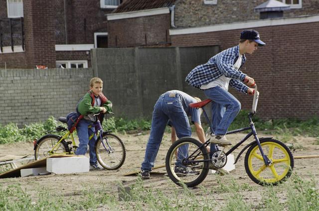 TLB023000939_001 - Jongens met crossfietsen.
